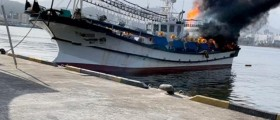 속초바다서 정박 중인 어선 화재 발생 '인명피해 없어'
